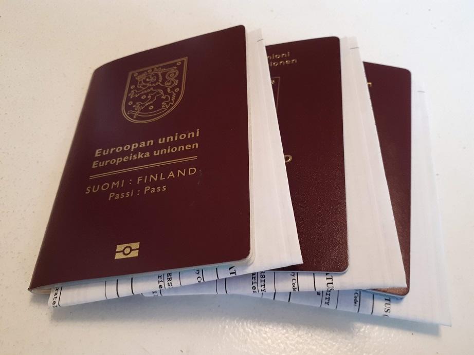 Kolme passia, joiden välissä on Yhdysvaltain viisumit.