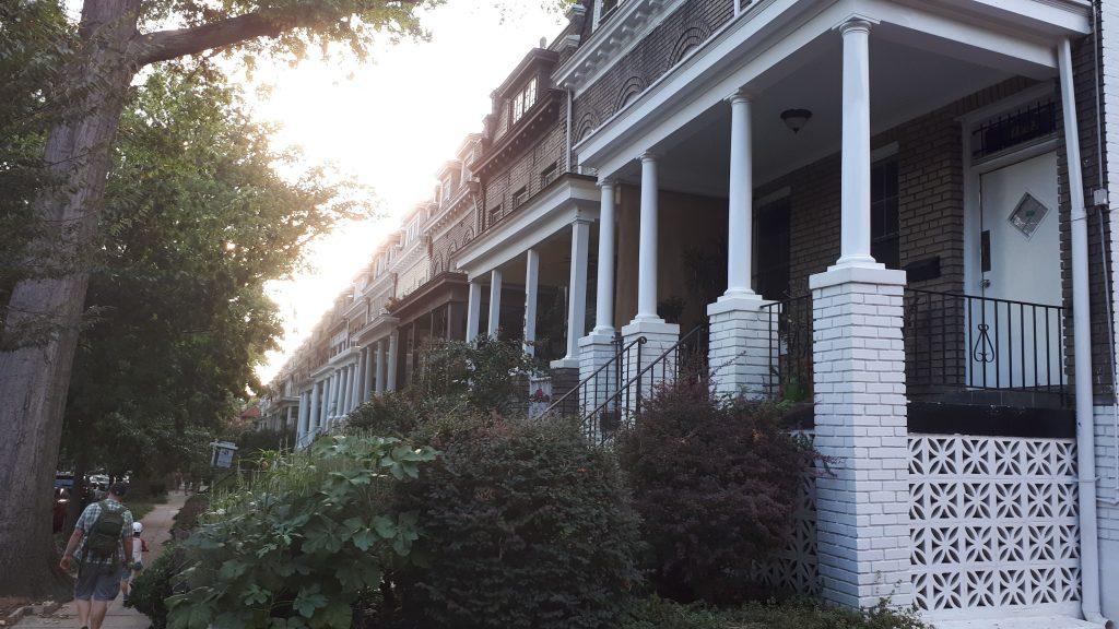 Talojen julkisivuja kadun varrella Mt. Pleasantissa Washington DC:ssä.