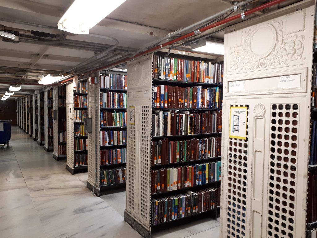 Jefferson buildingin kokoelmatilojen koristeellisia valkoisia kirjahyllyjä