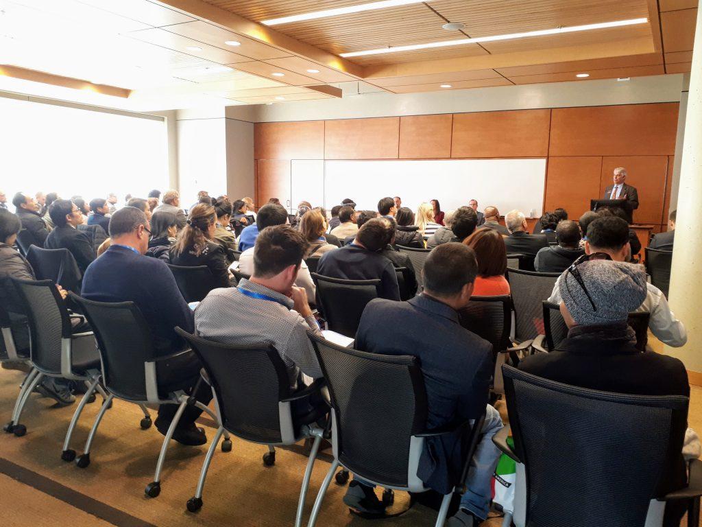 Yleisöä kuuntelemassa seminaaria.